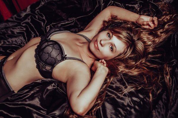 Sexualmente en la cama fuerte